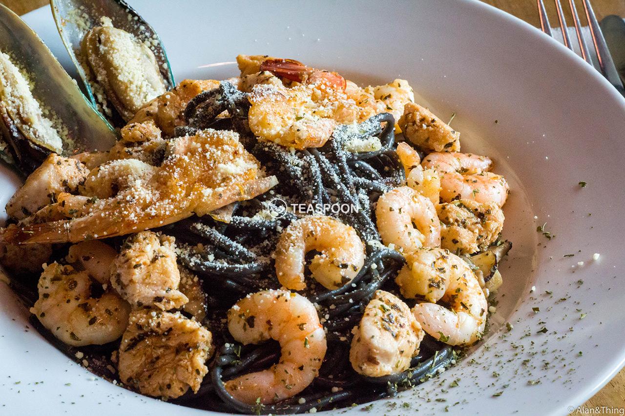 Squid Ink Aglio Seafood Spaghetti (5)